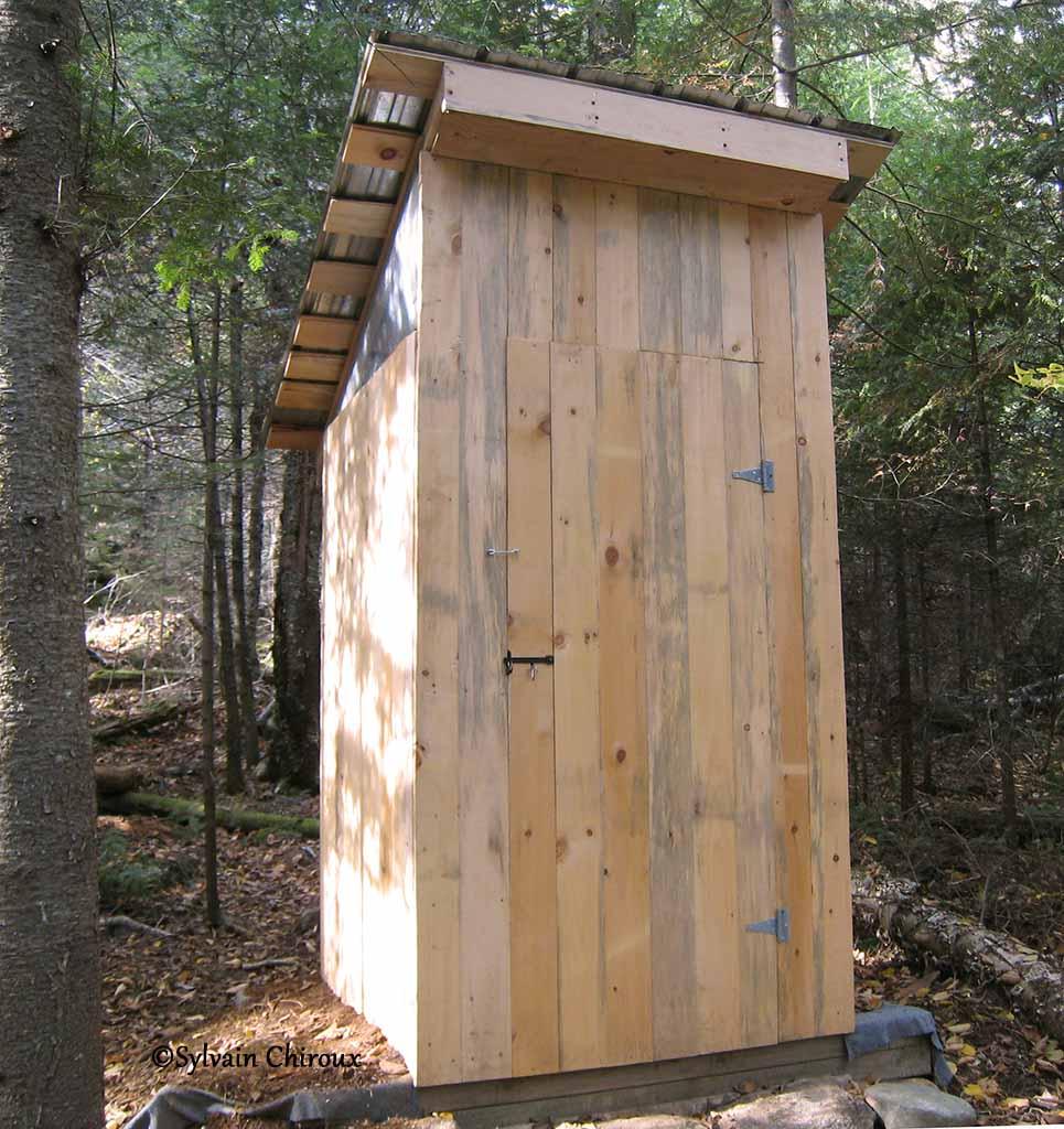 abri toilette seche toilette seche interieur maison toilettes saches en bois avec sciure abri. Black Bedroom Furniture Sets. Home Design Ideas